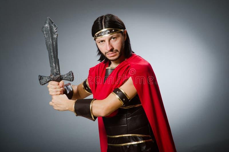 El guerrero romano con la espada contra fondo foto de archivo