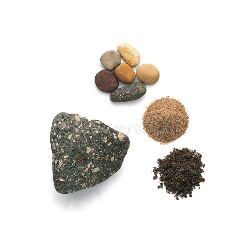 El guijarro del basalto, guijarros de la cuarcita, granos de arena del cuarzo, mancha aislado en el fondo blanco fotografía de archivo libre de regalías