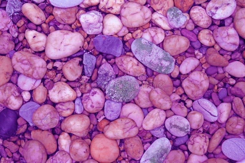 El guijarro empiedra la calzada en rosa y tono p?rpura imágenes de archivo libres de regalías