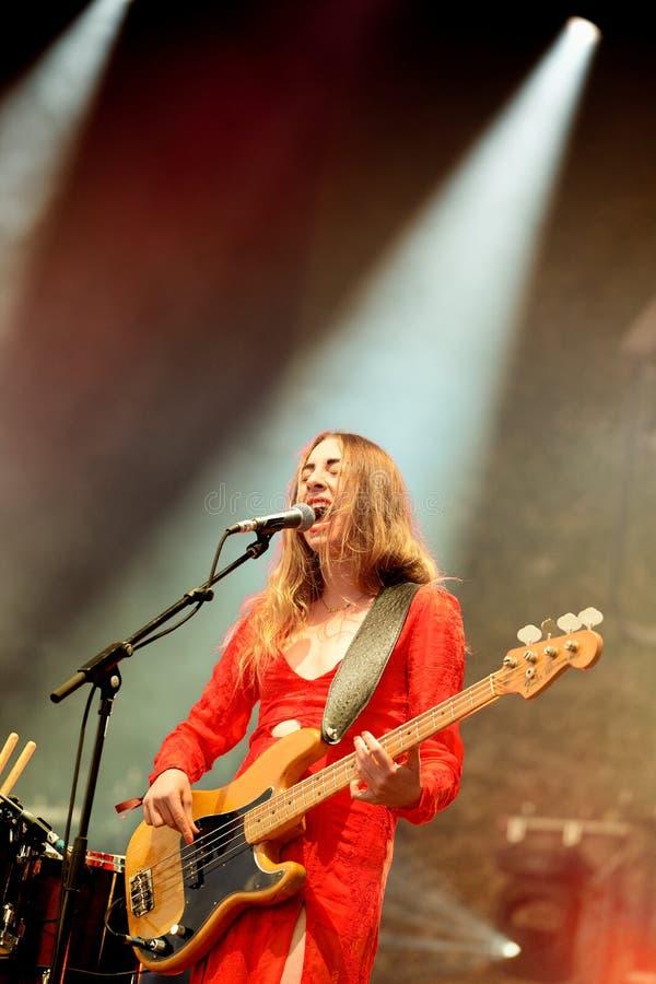 El guitarrista bajo Haim (banda), se realiza con un vestido rojo en el festival 2014 del sonido de Heineken Primavera imagen de archivo libre de regalías