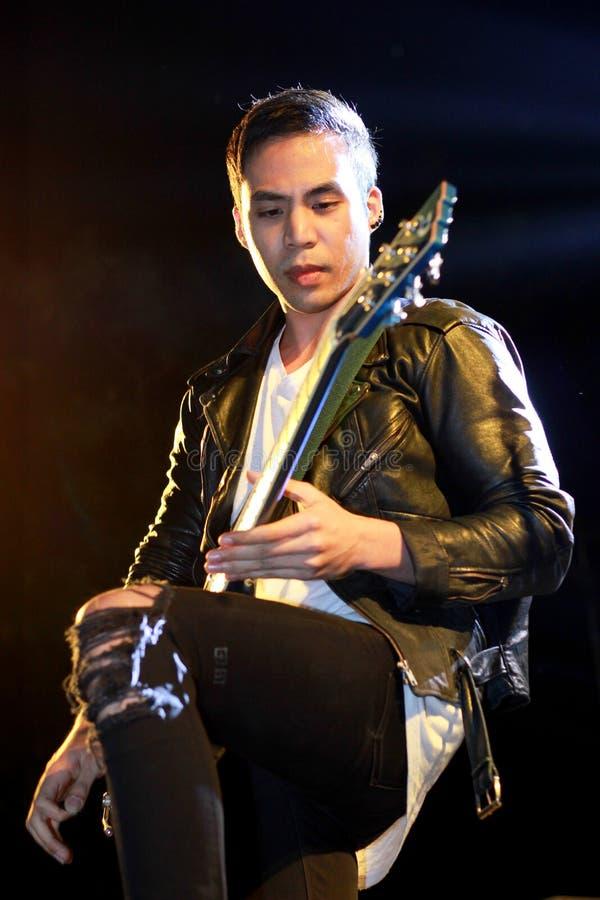 El guitarrista de la banda del cóctel imagen de archivo libre de regalías