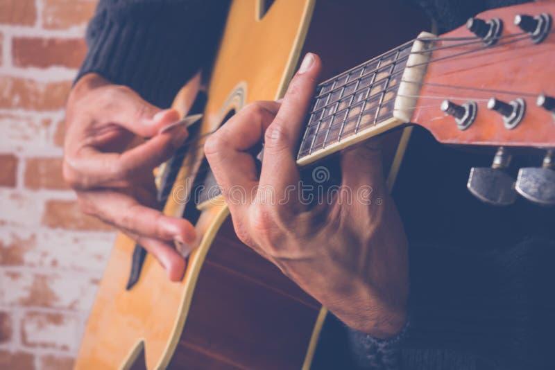 el guitarrista juega un hermoso fotos de archivo libres de regalías