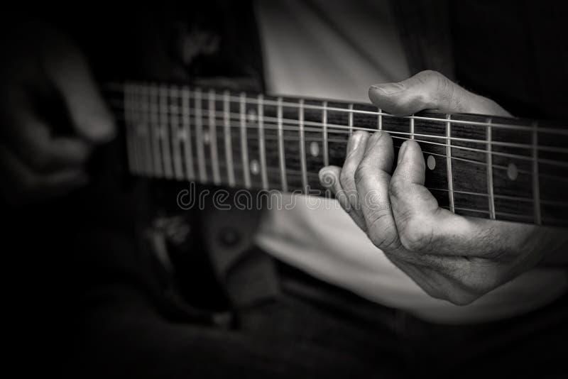 El guitarrista toca la guitarra fotos de archivo libres de regalías