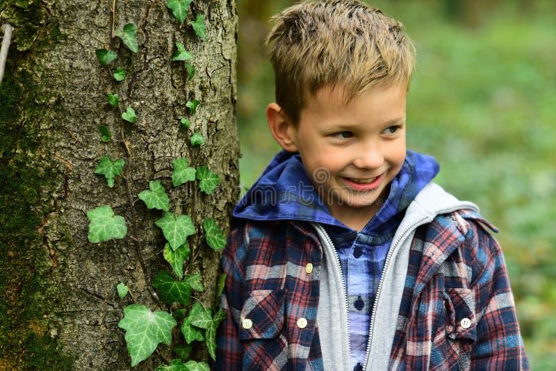 El hábito de ser feliz Muchacho feliz Sonrisa feliz del pequeño muchacho en la naturaleza Pequeño niño con sonrisa adorable Me gu fotos de archivo libres de regalías