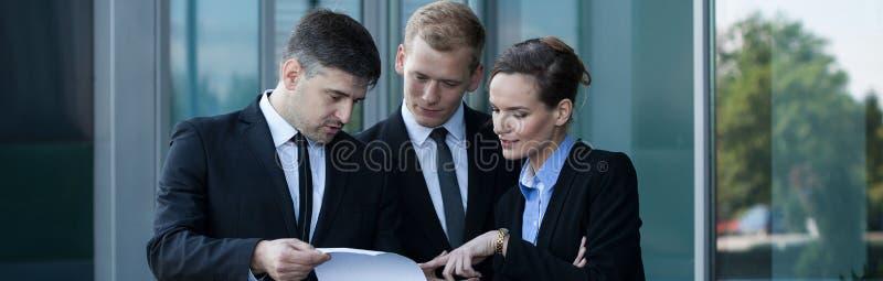 El hablar antes de la reunión de negocios imagenes de archivo