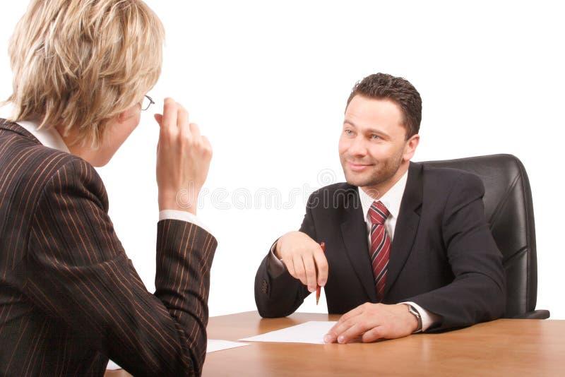 El hablar blanco del hombre y de la mujer de negocios foto de archivo libre de regalías