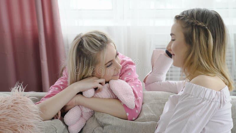 El hablar de charla de la muchacha de la conversación de la comunicación imagenes de archivo
