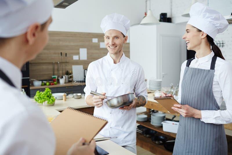 El hablar de cocinar en el taller foto de archivo
