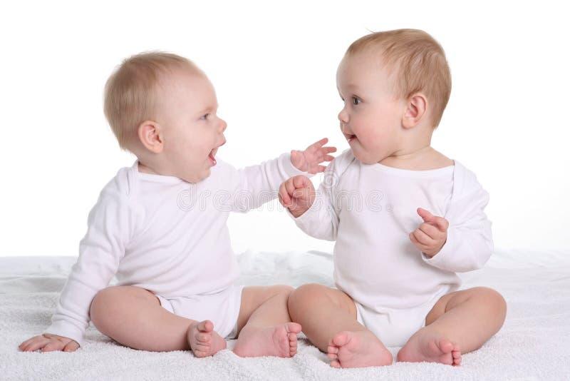 El hablar de dos bebés imagen de archivo libre de regalías