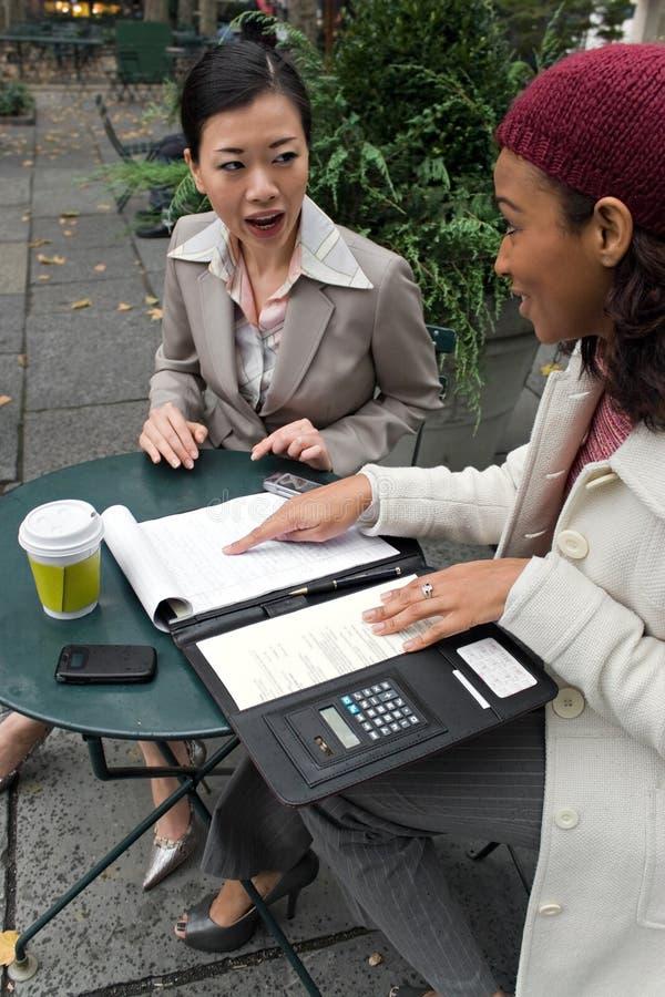 El hablar de las mujeres de negocios imagen de archivo libre de regalías