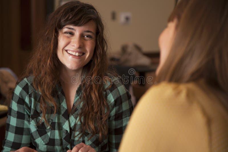 El hablar de las mujeres jovenes imágenes de archivo libres de regalías