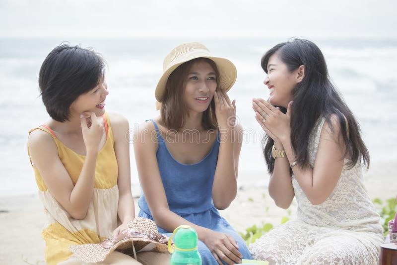 El hablar de relajación de un amigo asiático más joven de la mujer con emoti de la felicidad fotografía de archivo