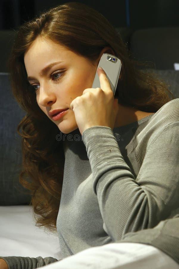El hablar en el teléfono móvil df imagenes de archivo