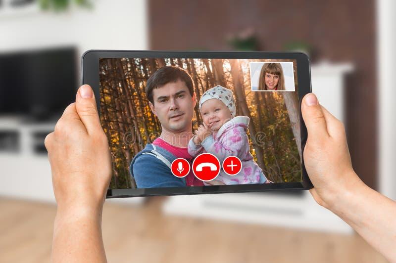 El hablar en línea con su familia - llamada video de la mujer foto de archivo libre de regalías