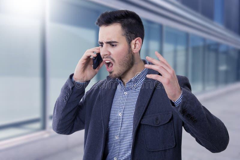El hablar en el teléfono móvil foto de archivo libre de regalías