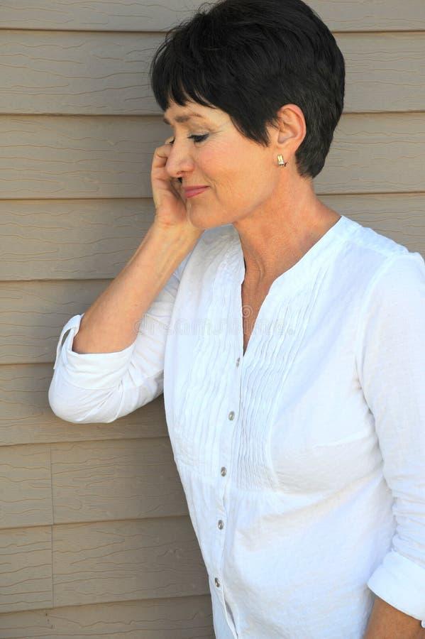 El hablar femenino en su smartphone foto de archivo