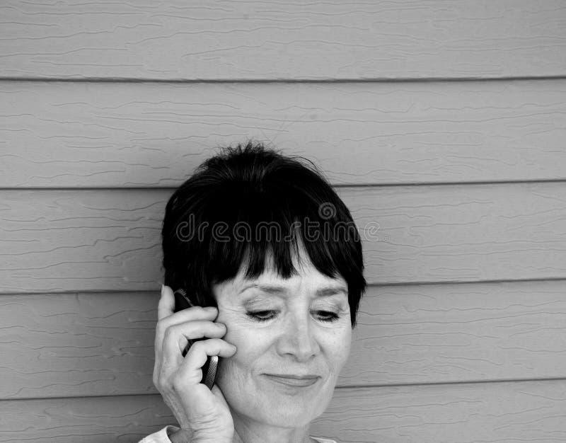 El hablar femenino en su smartphone fotografía de archivo