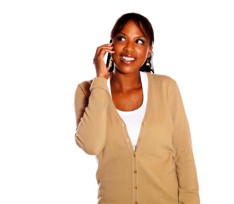 El hablar femenino encantador en el teléfono celular imagen de archivo libre de regalías