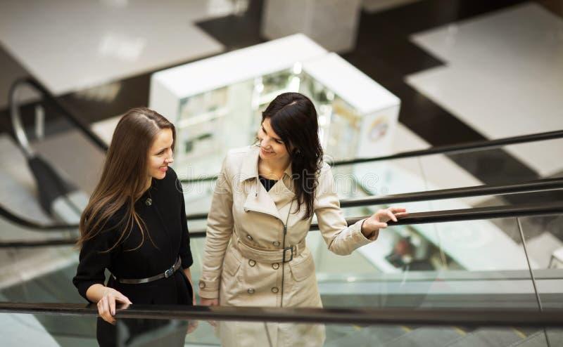 El hablar joven de dos empresarias imagen de archivo libre de regalías