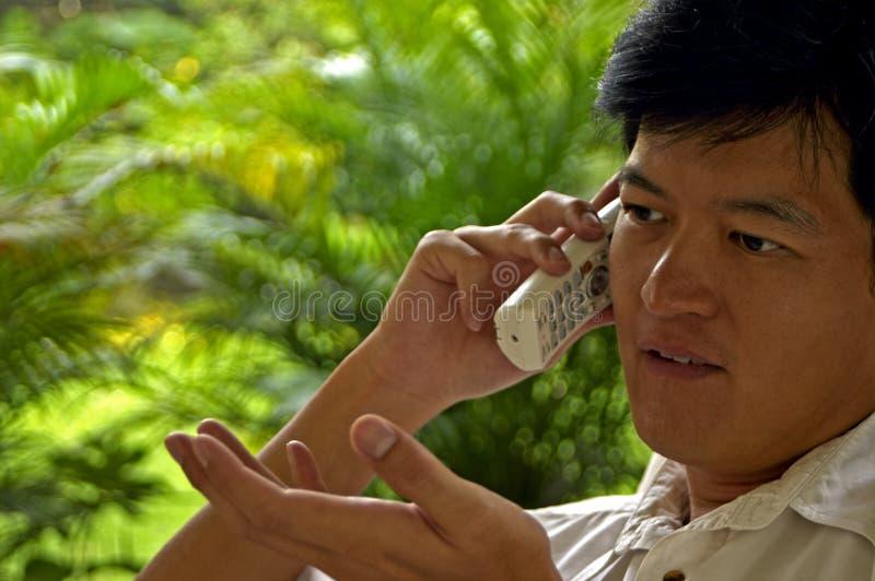 El hablar masculino asiático en el teléfono foto de archivo libre de regalías