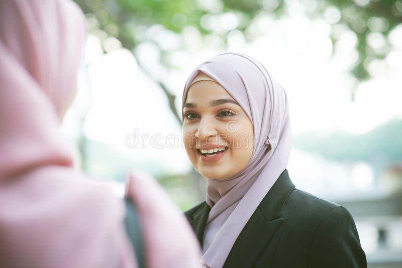 El hablar musulmán de la mujer de negocios fotos de archivo