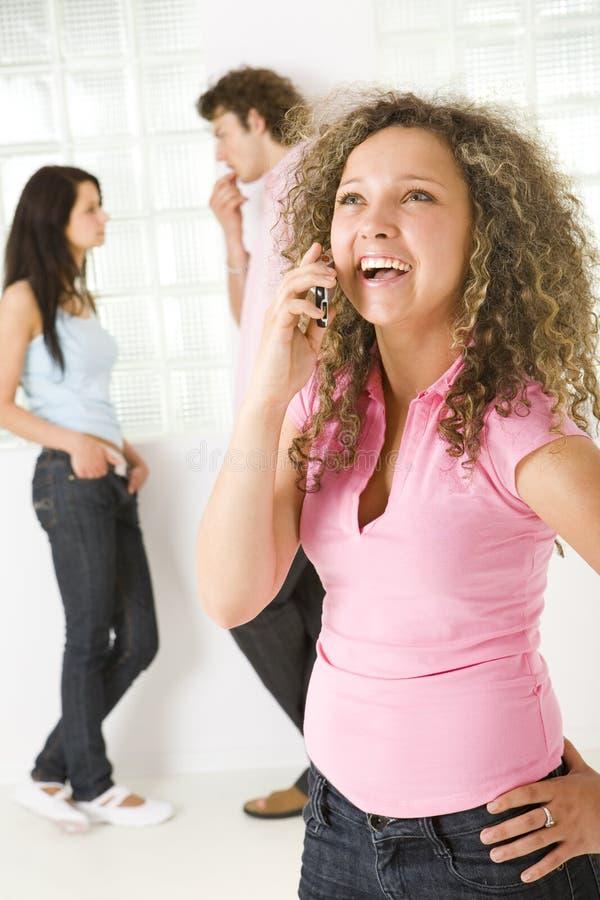 El hablar por el teléfono móvil foto de archivo libre de regalías