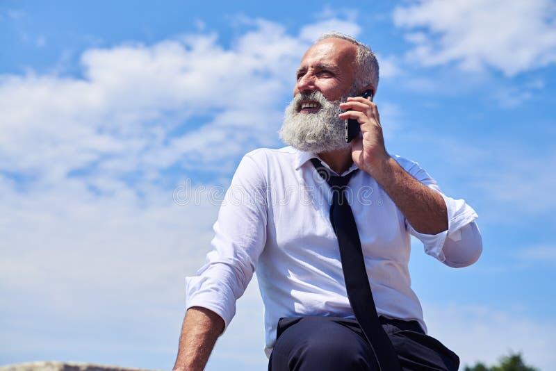 El hablar sonriente barbudo del hombre foto de archivo