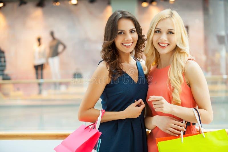 El hacer compras de las mujeres. foto de archivo libre de regalías
