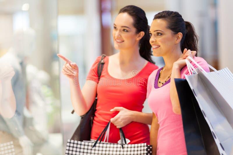El hacer compras de las mujeres jovenes fotos de archivo