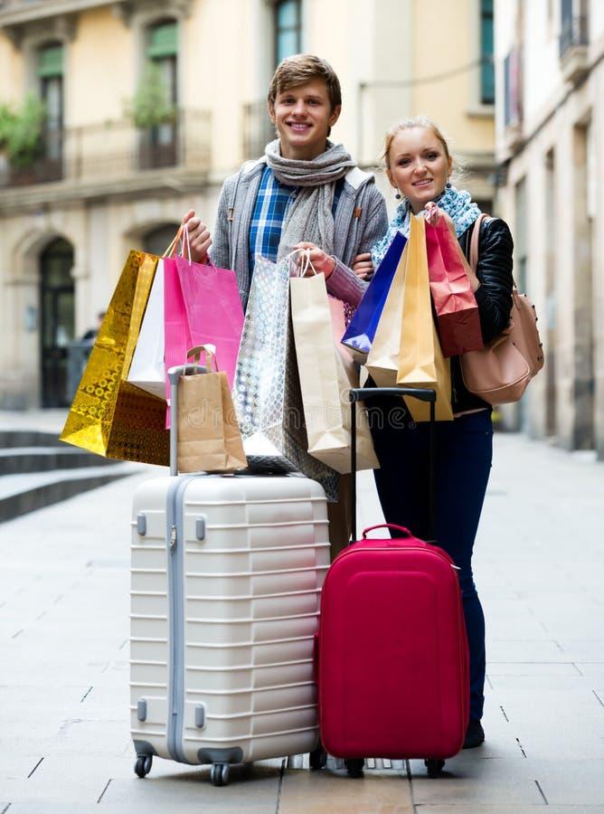 El hacer compras de los turistas fotografía de archivo libre de regalías