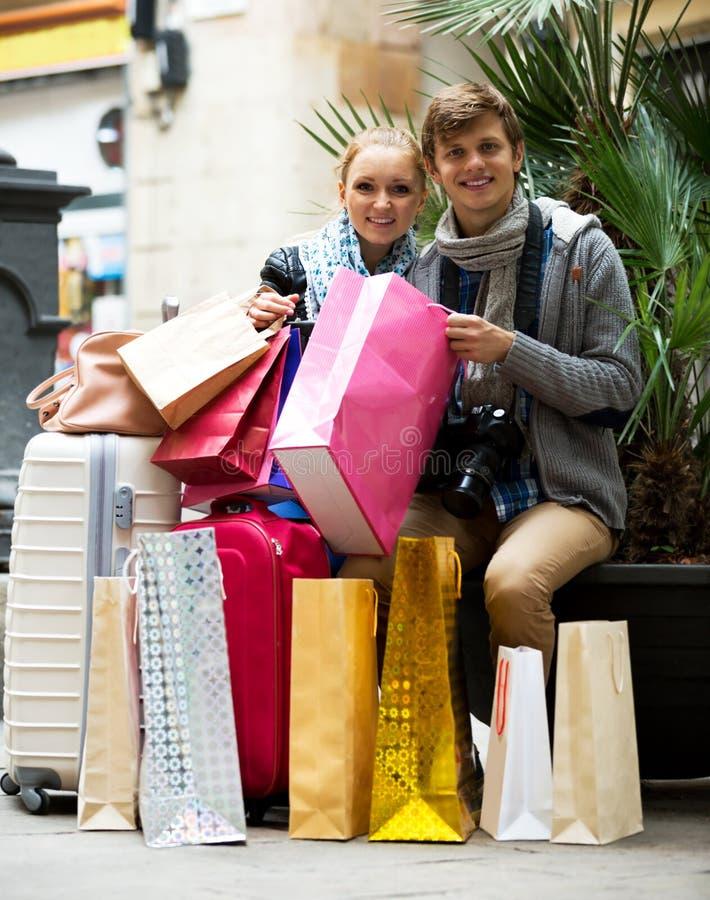 El hacer compras de los turistas foto de archivo libre de regalías