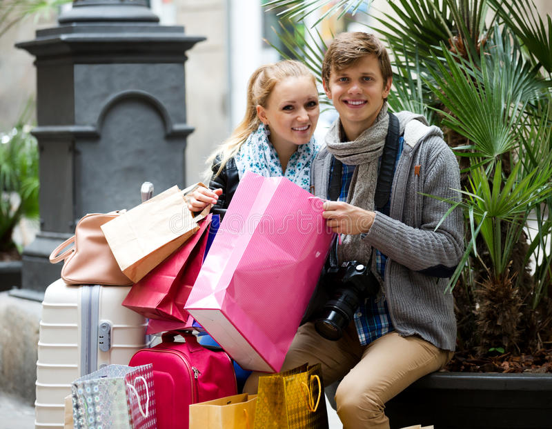 El hacer compras de los turistas foto de archivo