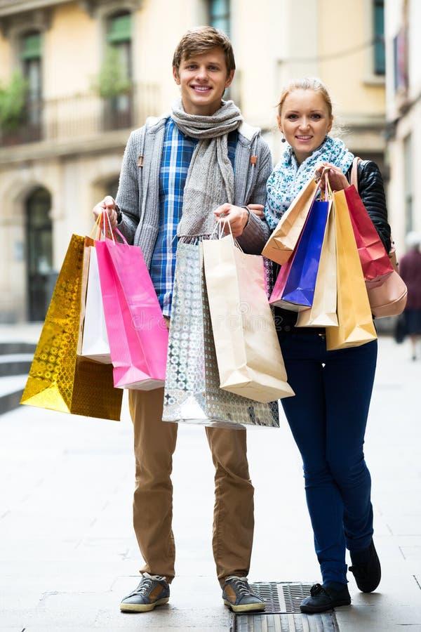 El hacer compras de los turistas imagen de archivo