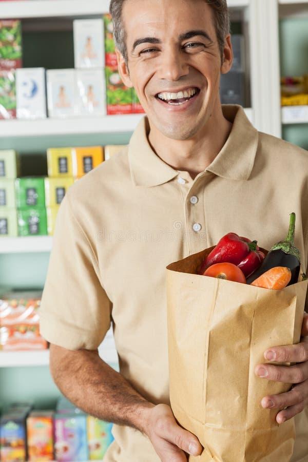 El hacer compras del hombre verduras imagenes de archivo