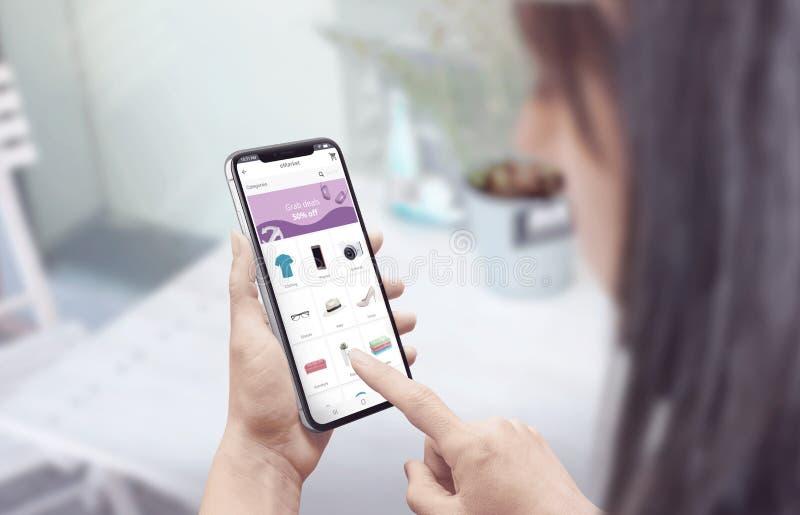 El hacer compras en línea con un smartphone concepto plano moderno del sitio web o del app del diseño fotos de archivo