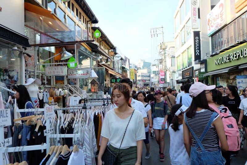 El hacer compras en la calle de la universidad de Hongdae Hongik fotos de archivo