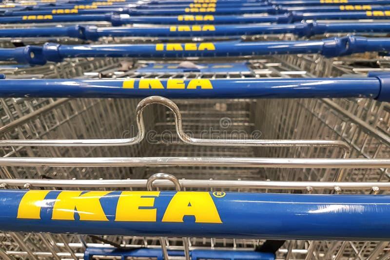 El hacer compras en la tienda de Ikea foto de archivo