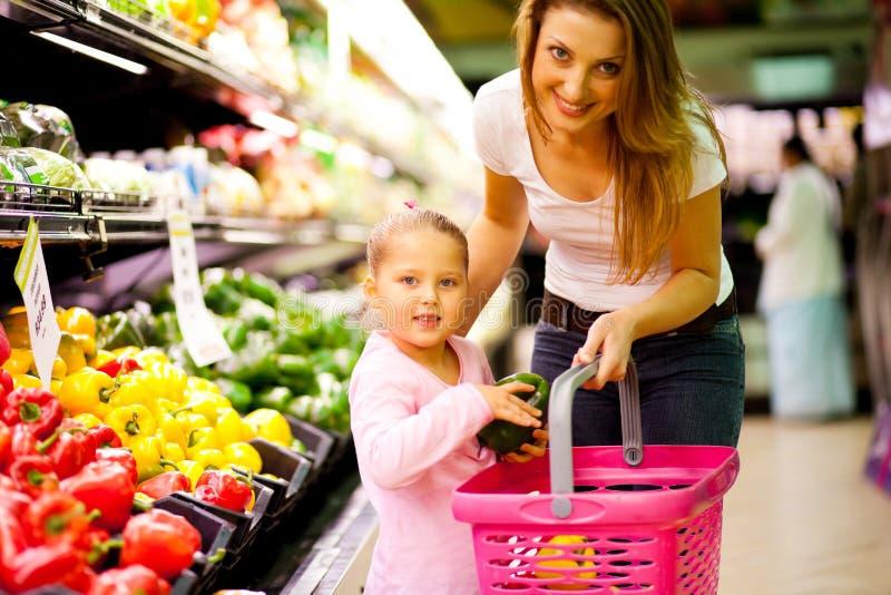 El hacer compras en supermercado imágenes de archivo libres de regalías