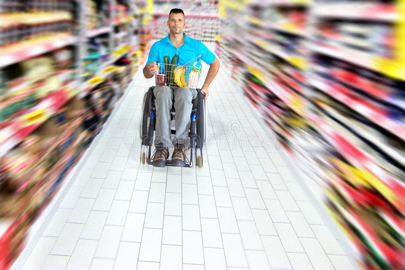 El hacer compras en supermercado fotos de archivo