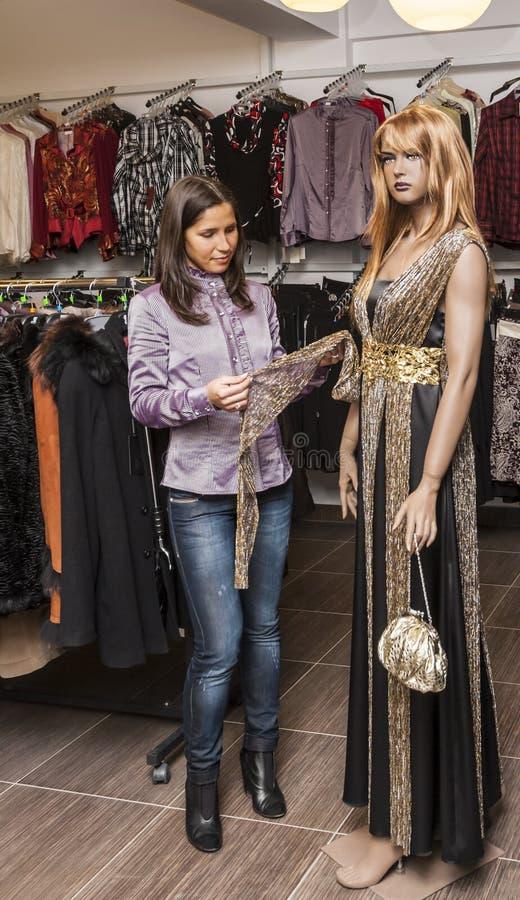 El hacer compras en una tienda de ropa foto de archivo