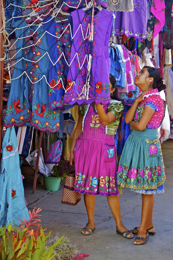 El hacer compras femenino joven de los indigenas del zapotec imagen de archivo