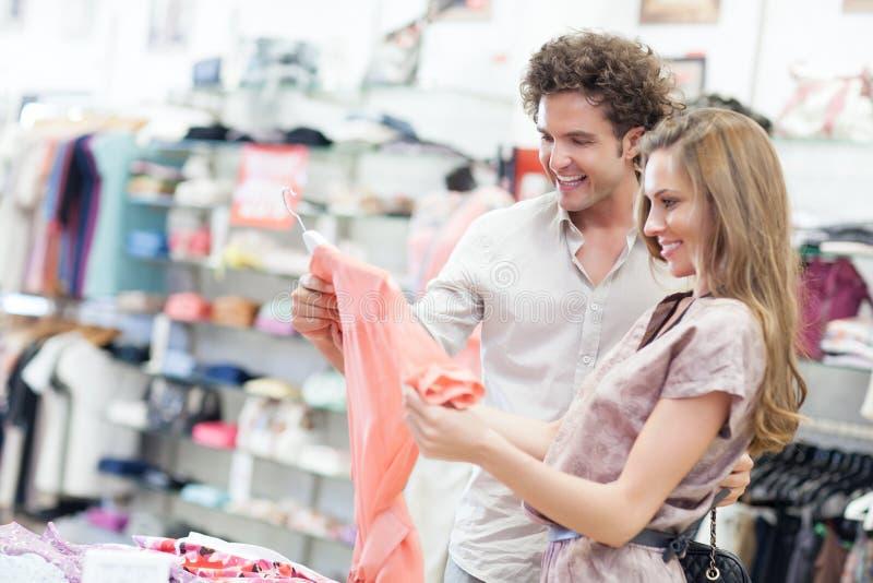 El hacer compras junto foto de archivo