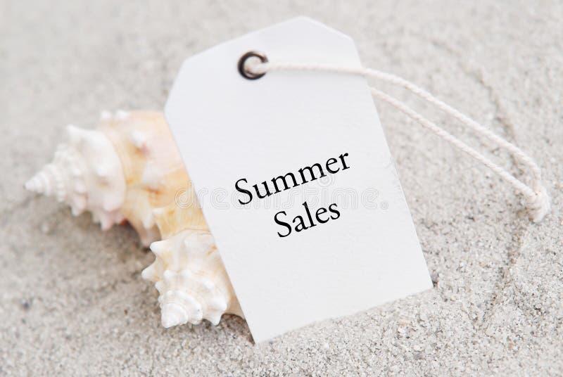 El hacer compras para el verano imagenes de archivo