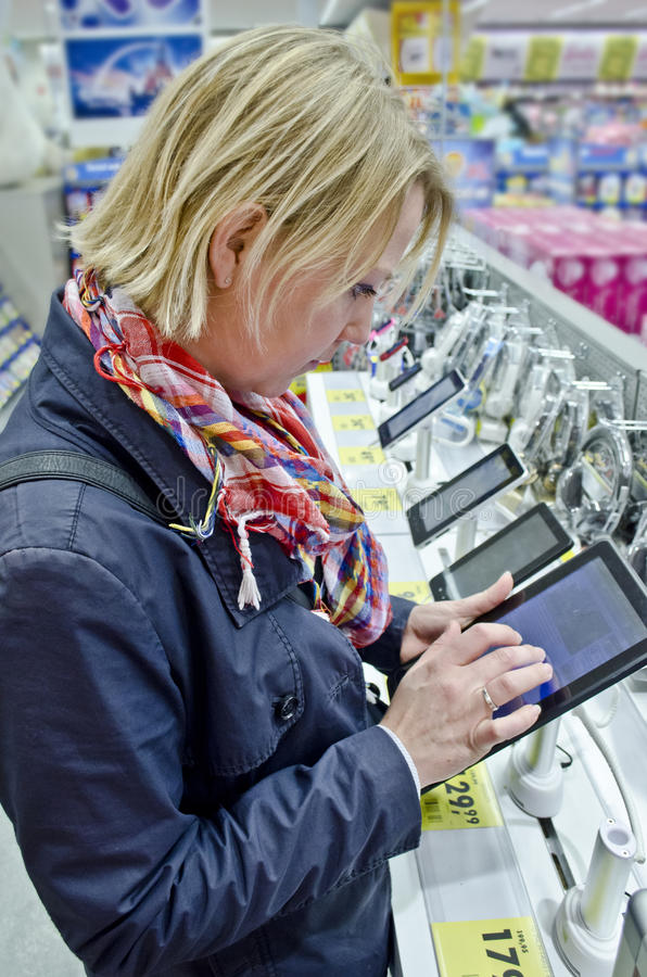 El hacer compras para la PC de la tablilla fotos de archivo