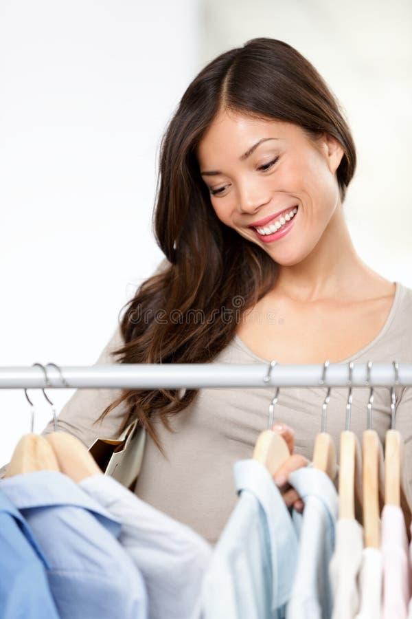 El hacer compras para la ropa fotos de archivo