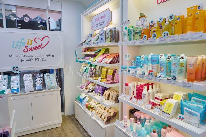 El hacer compras para los cosméticos imagen de archivo libre de regalías