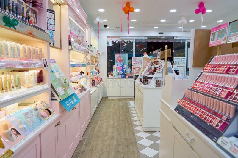El hacer compras para los cosméticos fotografía de archivo