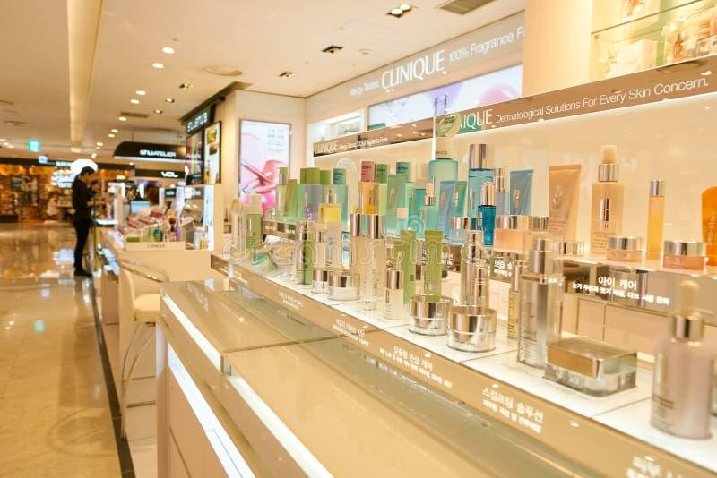 El hacer compras para los cosméticos fotografía de archivo libre de regalías