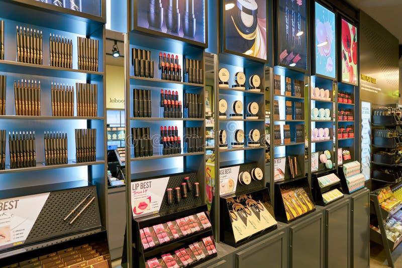 El hacer compras para los cosméticos imagenes de archivo