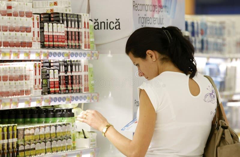 El hacer compras para los cosméticos foto de archivo libre de regalías